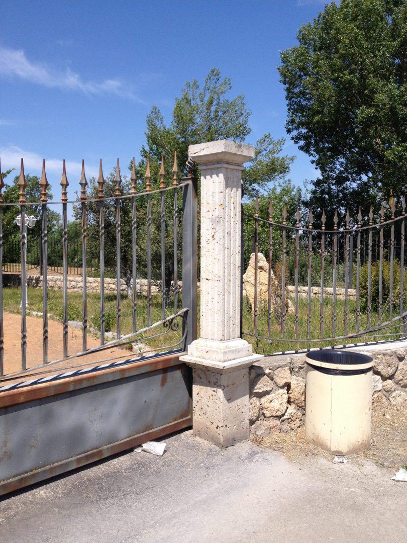 Pilar cuadrado con entalladuras en puerta de entrada