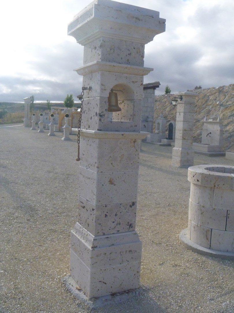 Pilares entrada con distintos apliques ornamentales